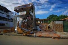 波托维耶霍,厄瓜多尔- 2016年4月, 18日:在地震7以后金属化从大厦被毁坏的fasade的结构 8 免版税图库摄影