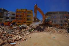 波托维耶霍,厄瓜多尔- 2016年4月, 18日:大量手段从被毁坏的大厦的采摘瓦砾在悲剧以后和 库存照片