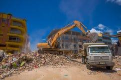 波托维耶霍,厄瓜多尔- 2016年4月, 18日:大量手段从被毁坏的大厦的采摘瓦砾在悲剧以后和 库存图片