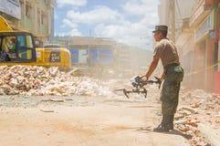 波托维耶霍,厄瓜多尔- 2016年4月, 18日:寄生虫由军队经营搜寻幸存者在7以后 8地震在城市 库存照片