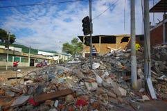 波托维耶霍,厄瓜多尔- 2016年4月, 18日:瓦砾山一个倒塌的大厦的在7以后 8地震 免版税库存照片