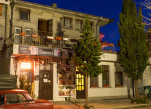 波摩莱的历史部分的夜餐馆Carevec在保加利亚 图库摄影