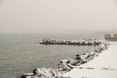波摩莱积雪的堤防镇在保加利亚, 1月 免版税库存照片