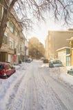 波摩莱,保加利亚,冬天削皮的多雪的街道  免版税库存照片