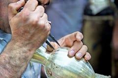 波斯传统被刻记的黄铜瓶子 免版税库存图片