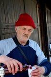 波斯尼亚的供营商倾吐新鲜的石榴汁萨拉热窝义卖市场波斯尼亚 免版税库存图片