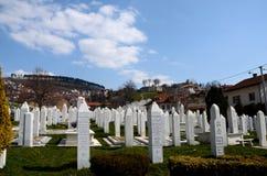 波斯尼亚的士兵伊斯兰教的回教墓碑受难者纪念公墓的萨拉热窝波斯尼亚 库存照片