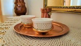 波斯尼亚的cezve和传统杯子咖啡服务集合 库存照片