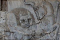 波斯波利斯:公牛和狮子战斗 免版税图库摄影