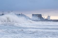 波斯考尔的,南威尔士,英国风雨如磐的海 免版税库存图片