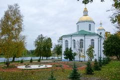波洛茨克、白俄罗斯共和国有美丽的白色墙壁和金黄圆顶的和十字架的突然显现教会反对背景 免版税库存照片