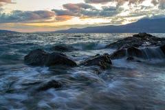 波浪、岩石和日落 库存图片