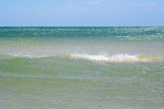 波浪、蓝色海和清楚的天空 离开为在海洋的蓝色表面的上天际的蓝天 图库摄影