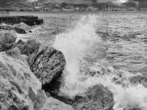 波浪从石头的冲击驱散对岸 免版税图库摄影
