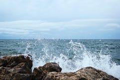 波浪击中了大石头 在背景中有很多o 免版税库存图片