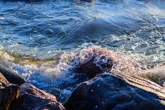 波浪包围巨大的石头在海岸 库存图片