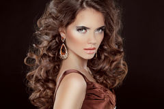 波浪发。美丽的性感的深色的妇女。健康长的布朗海氏 免版税库存图片