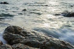 波浪命中岩石 库存图片