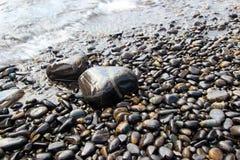波浪和优美的岩石 免版税库存照片