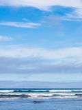 波浪和天空 图库摄影
