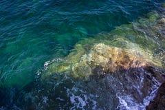波浪和岩石冰砾 免版税库存图片
