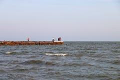 波浪和岩石在海 免版税库存图片