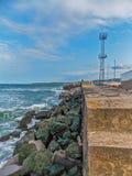 波浪和岩石在码头 免版税库存图片