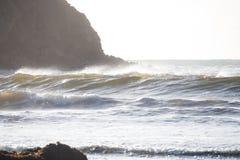 波浪和岩石陆岬 图库摄影
