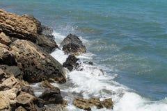 波浪和岩石 库存照片