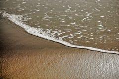 波浪和沙子在海滩 免版税库存图片