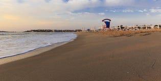 波浪和泡沫在晴朗的海滩 建造者 免版税库存图片