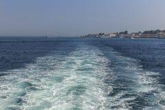 波浪和泡沫从一艘船在马尔马拉海 库存照片