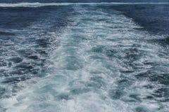 波浪和泡沫从一艘船在马尔马拉海 免版税库存照片