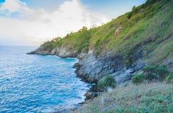 波浪和海海角美丽的景色的指向与轻的日落 免版税图库摄影