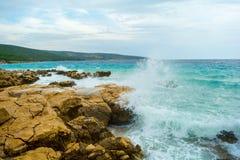 波浪和石头在亚得里亚海,克罗地亚Krk 库存图片