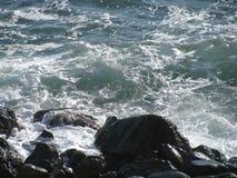 波浪和石头 免版税库存照片
