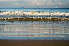 波浪和船在距离 免版税库存照片