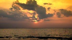波浪和金黄沙子海滩 影视素材