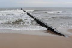 波浪和防堤在波罗的海岸波兰的北部的在冬天 库存图片
