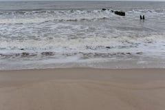 波浪和防堤在波罗的海岸波兰的北部的在冬天 库存照片