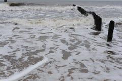 波浪和防堤在波罗的海岸波兰的北部的在冬天 图库摄影