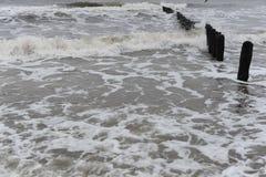 波浪和防堤在波罗的海岸波兰的北部的在冬天 免版税库存图片