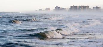 波浪和雾在Daytona海滩 免版税图库摄影