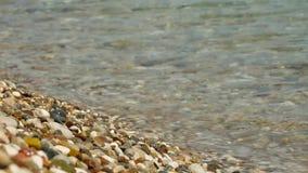 波浪在与小卵石的海滨滚动 股票录像
