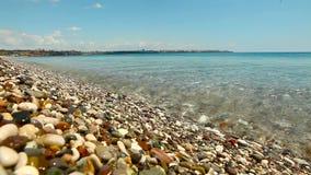 波浪在与小卵石的海滨滚动 影视素材