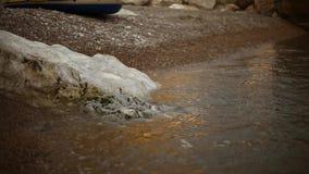 波浪在与小卵石的海滨滚动 股票视频