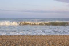 波浪在圣塔蒙尼卡岸卷曲 免版税库存图片