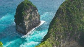 波浪在岩层附近的海洋在Kelingking靠岸,努沙Penida海岛,巴厘岛,印度尼西亚 影视素材