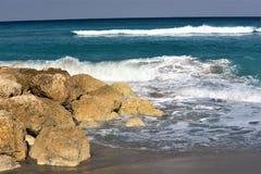 波浪在捣毁博察Raton海滩岩石之前的卷毛断裂  库存图片