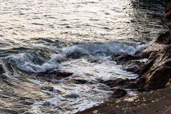 波浪在海湾的海 免版税库存照片